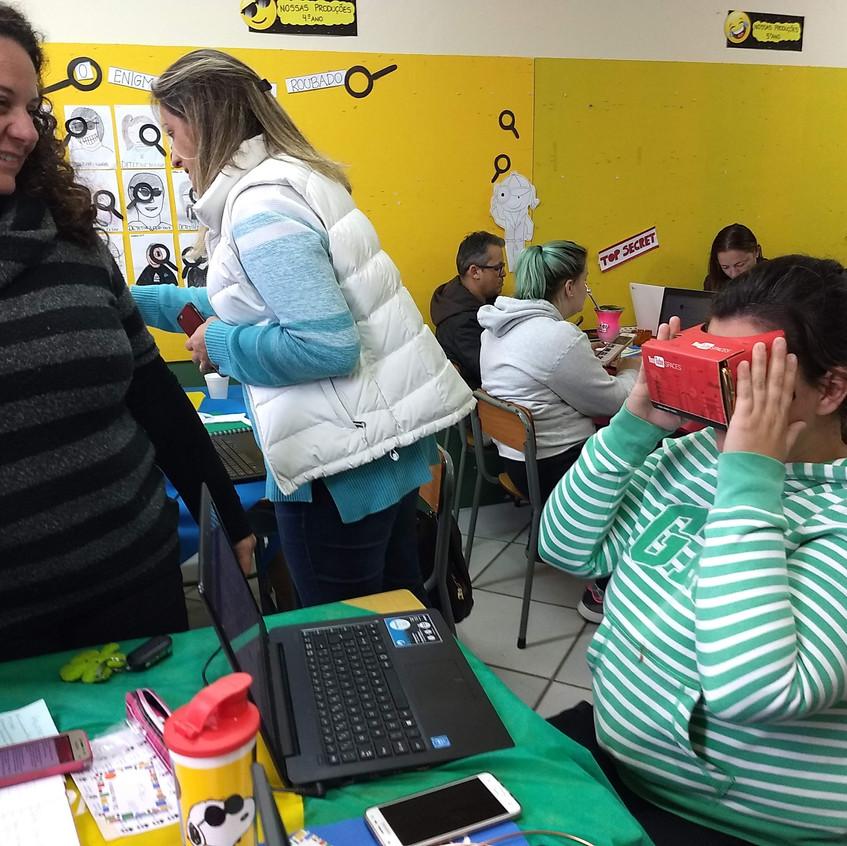 Nossos professores experimentando os óculos de realidade virtual!