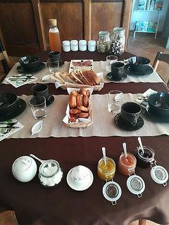 Petit-déjeuner local et fait maiso