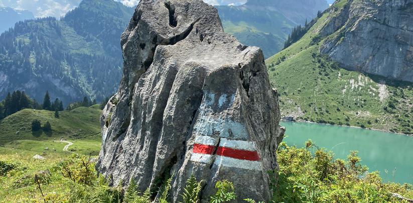 Wegzeichen oberhalb Oberblegisee