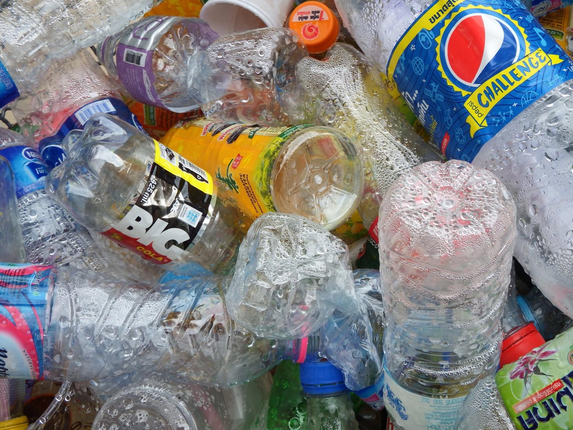 Bottiglie di plastica vuote