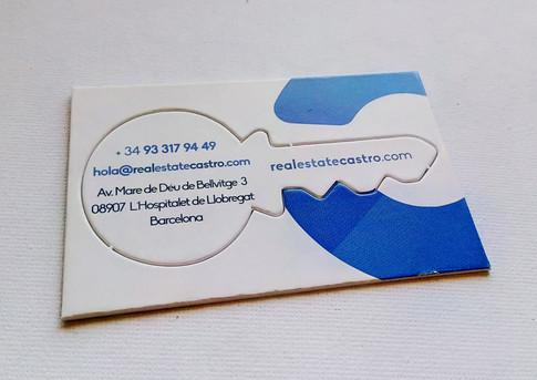 """Diseño de tarjeta corporativa. Al ser una promotora y constructora inmobiliaria, está formada por una llave troquelada que puedes coger fácilmente. Si la desmontas toda la información está efectivamente dentro de la llave; llave que se inserta en la C del logo para abrir la puerta de """"tu nuevo hogar"""""""