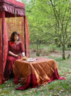 Rosa Mare bekijkt aan de hand van haar tarotkaarten het verleden, heden en de toekomst.