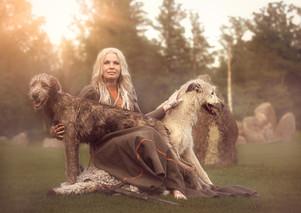 Lena med varghundarna Sam och Björn.jpg