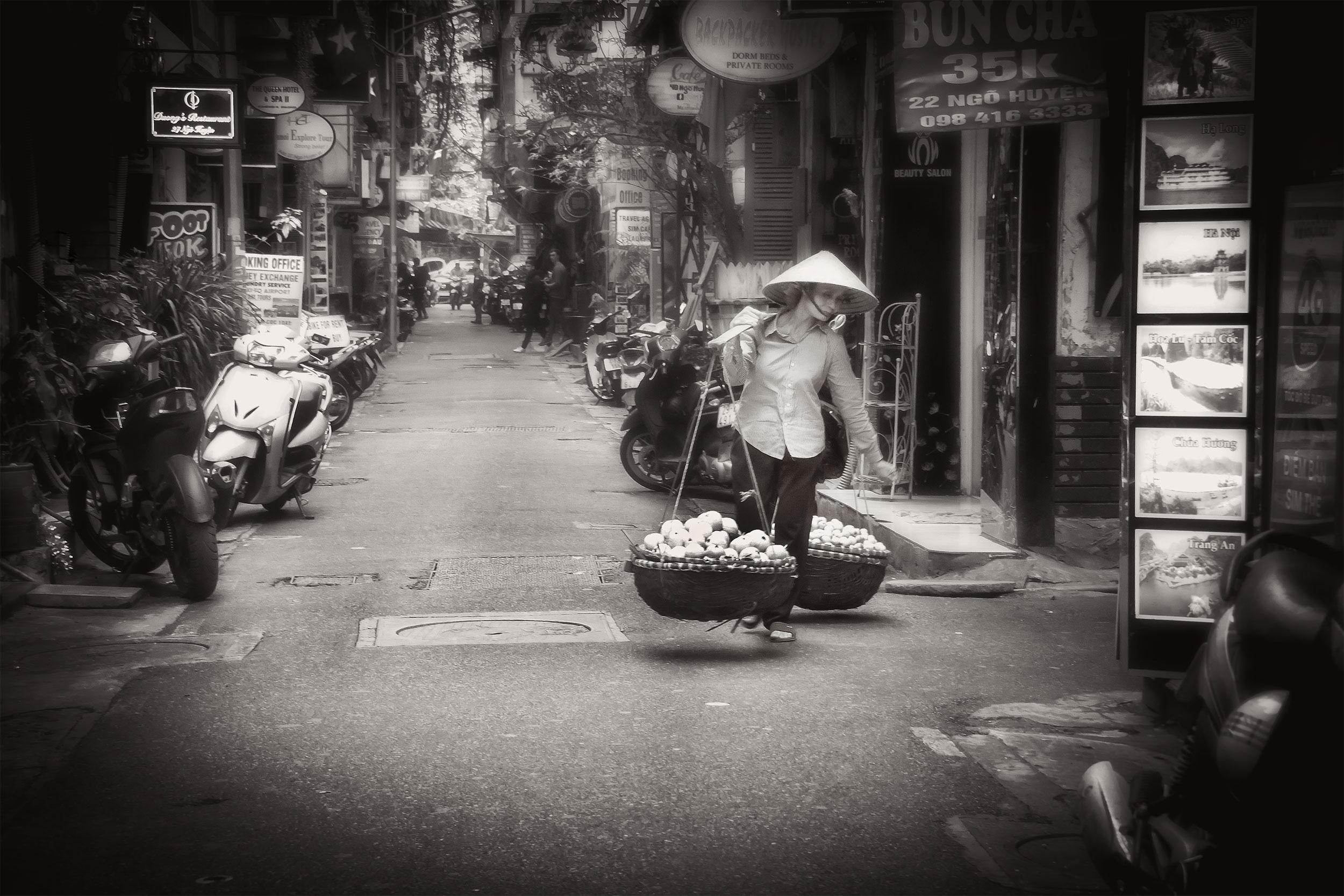 Hanoi-dam-försäljare-frukt-sv