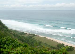 En öde strand på Bali