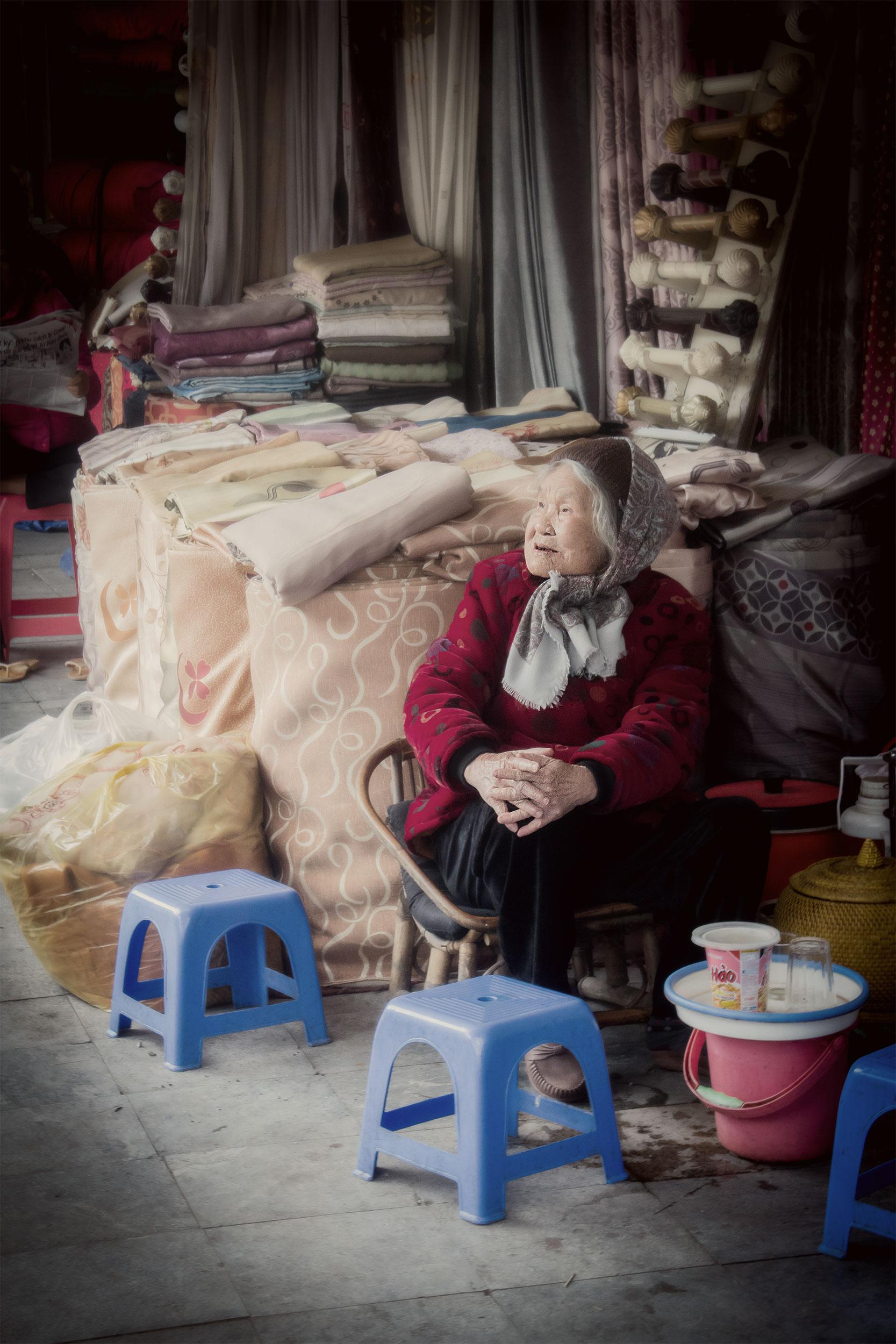 Hanoi-dam-säljare-tyger