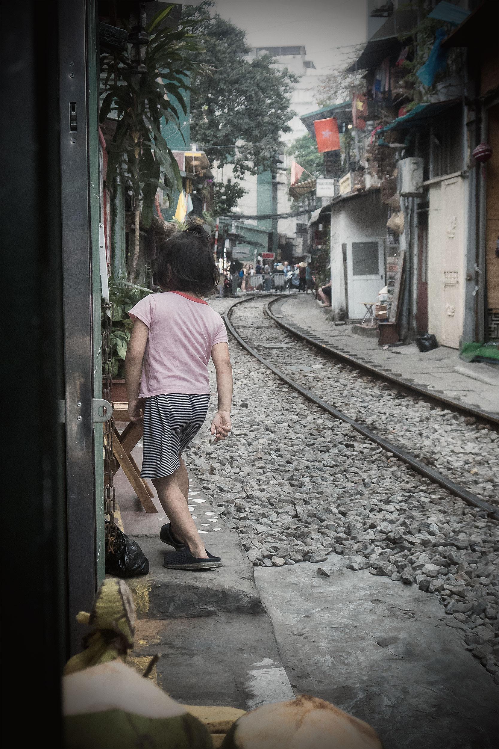 Hanoi-järnväg-barn-blek