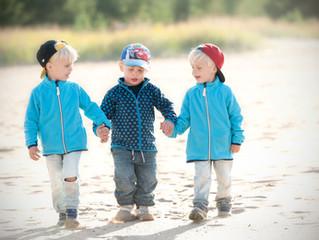 Tre treåringar och två mormödrar på 34 kvm