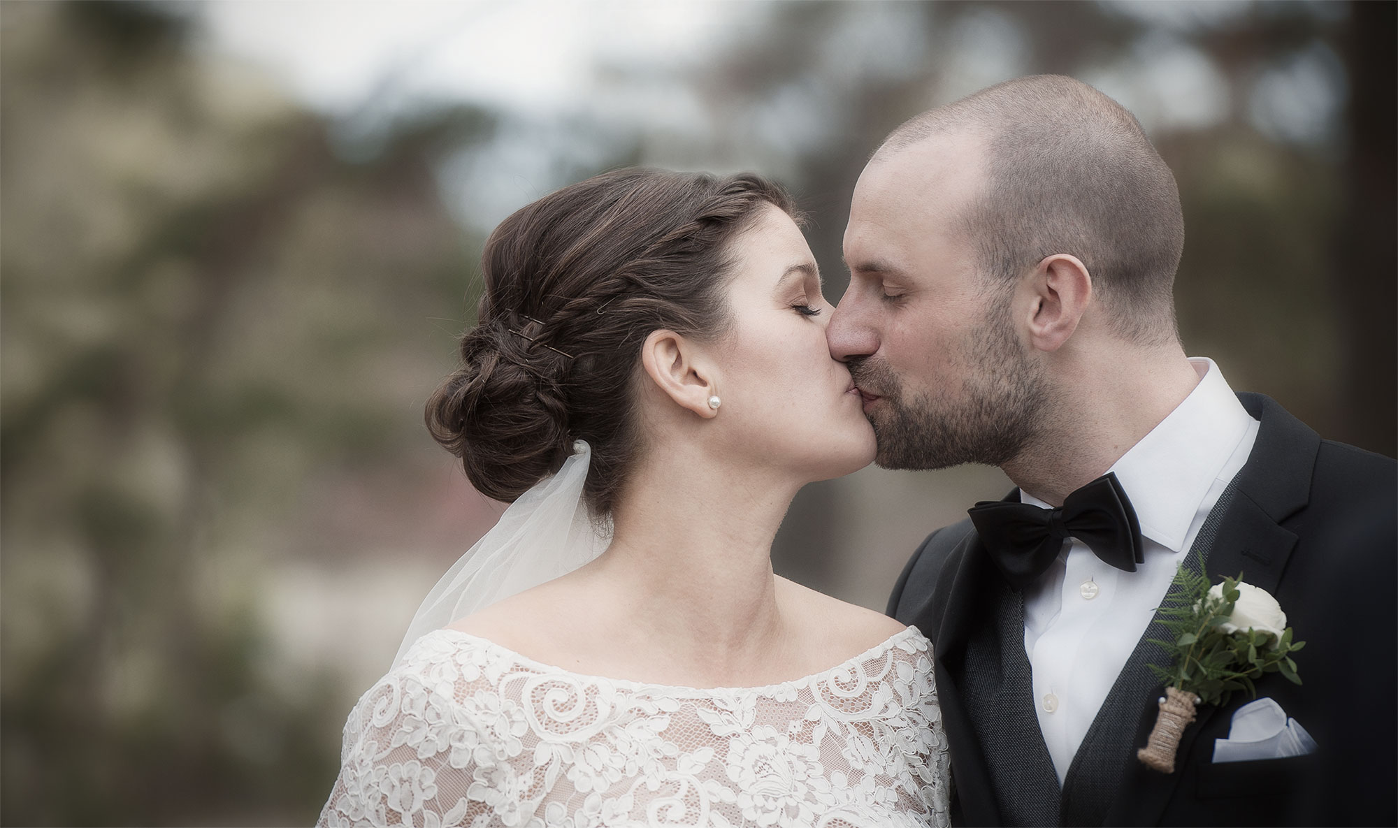 edsand-2-Emil-och-Maria-kyss-blek