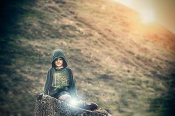 Hildegard Runa på stenen MED ljusklot.jpg