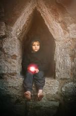 Gotland Hildegard i ruinen vers med rött ljusklot.jpg