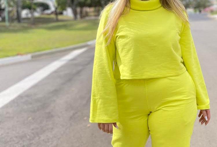 Kit moletom sport: calça + blusão gola alta cropped