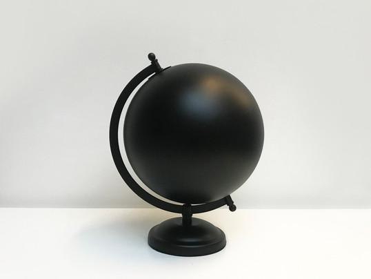 Untitled (dark), 2020 tinta de spray, globo terrestre 28 x 20 x 22 cm
