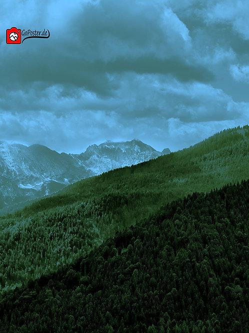 Alpenlandschaft in Blau und Grüntönen