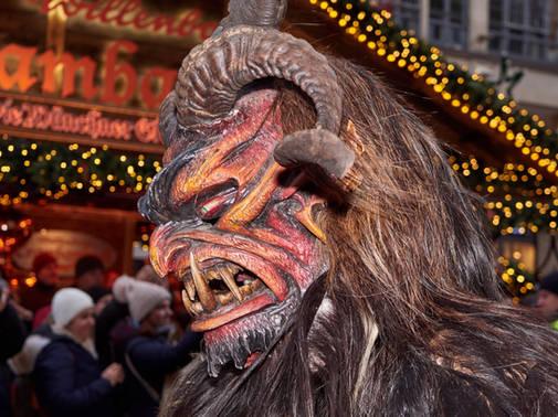 Beeindruckender Krampus vor dem Christkindlmarkt in München