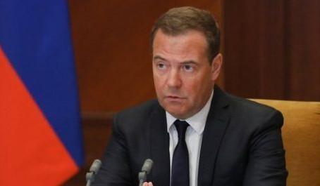Медведев предложил лицензировать строительный контроль