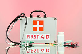 Boîte de premiers soins sur BG rose