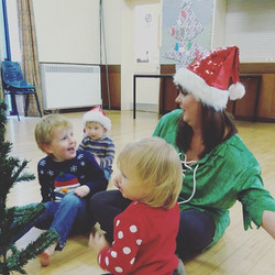 Getting ready to decorate the christmas tree at #BerryGoBoogies this morning!__#toddlerdance #roade