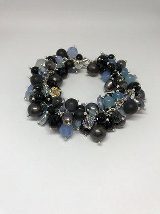 Armbånd i svart, grå - og blåtoner