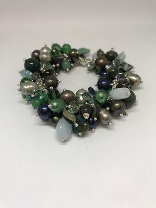 Armbånd i grønn-, blå-, brun og opalgrønne fargenyanser
