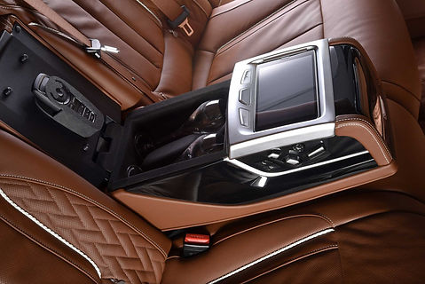 P90205378-bmw-750li-xdrive-solitaire-and