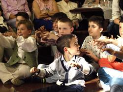 Mago Goyo y niños haciendo magiaia