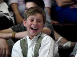 Niño se ríe en su primera comunión