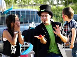 Mago Goyo haciendo magia en fiestas