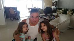 Geraldo Nogueira com suas netas