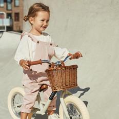 Meisje op Veloretti Mini loopfiets - 12 inch - Groen.jpg