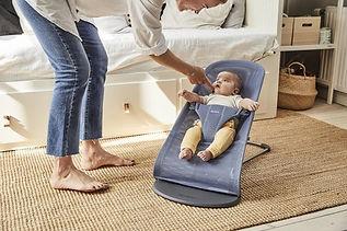 Baby in BABYBJÖRN Wipstoel Bliss - grijs.jpg