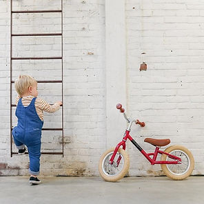 Kleinkind mit Veloretti Mini Laufrad rot