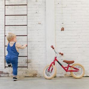 Peuter met Veloretti Mini loopfiets rood