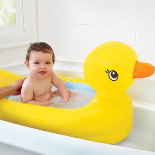 Baby in opblaasbaar babybadje eend