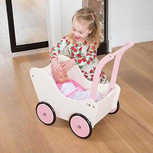Meisje met New Classic Toys Houten Poppenwagen-min.jpg