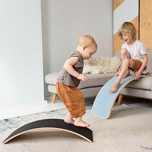 Baby und Kleinkind spielen mit Wobbels