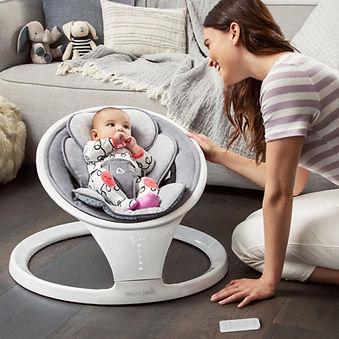 Moeder met baby in Munckin luxe schommel