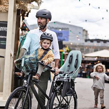 Vater mit Kind im Urban iki Fahrradsitz vorne