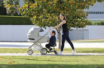 Vrouw en kind op Carbebe Roller Plus Meerijdplankje Universeel - Zwart-min.jpg