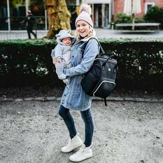 Jonge moeder met kindje en Nanabeebi lui