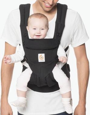 Man met baby in Ergobaby Omni 360 draagz