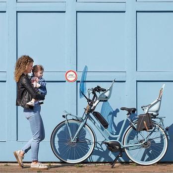 Moeder en kind met fiets en Urban Iki Re