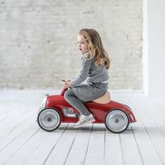 Meisje op Baghera Rider Retro Loopauto Rood.jpg