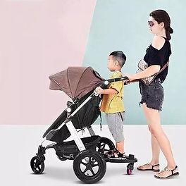 Vrouw en kind op EasyHome universeel meerijdplankje-min.jpg