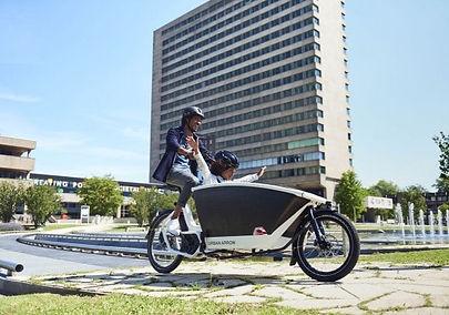 Man en kind fietsen op urban arrow famil