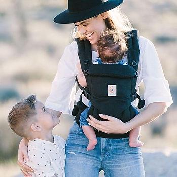 Vrouw met peuter en baby in Ergobaby Omni 360 draagzak zwart.jpg