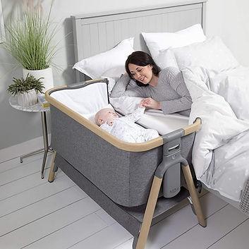 Frau im Bett mit Baby im Banini Cozee Be