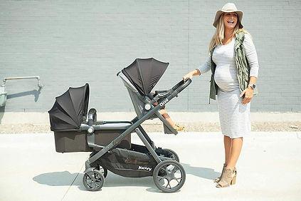 Zwangere vrouw met Joovy Qool duo kinderwagen.jpg