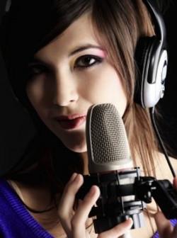 Le-micro-Voix-Off-en-studio-223x300