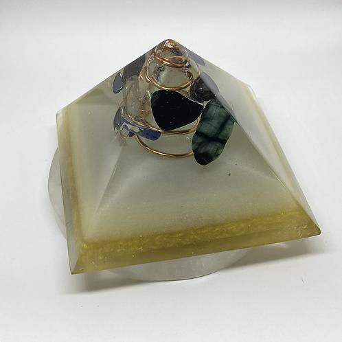 Pirâmide Orgonite M - Branco e Dourado